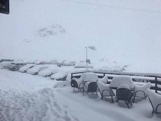 Mezzo metro di neve sullo Stelvio, strade chiuse: nevica anche sulla Grigna