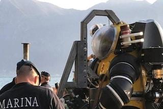 Cadavere nel lago d'Iseo: militari in azione con scafandri e robot per il recupero dell'auto