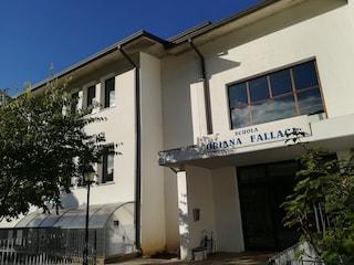 Brescia, attimi di terrore a scuola: una finestra si stacca dal muro e sfiora due bambine