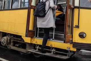 Milano, tenta di violentare una ragazza sul tram: aggressore messo in fuga dall'autista