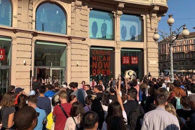 La folla all'esterno dello store Uniqlo (Immagine Facebook)