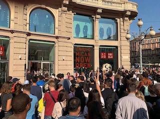 Milano, in centinaia in coda dall'alba per l'apertura del primo negozio Uniqlo d'Italia