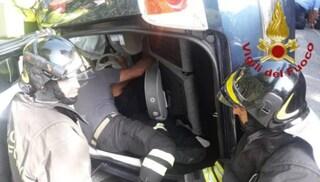 Fino Mornasco, auto si ribalta: i vigili del fuoco salvano due ragazze rimaste intrappolate