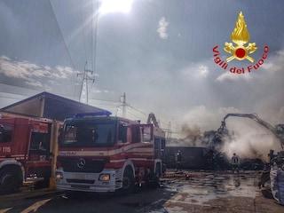 """Vasto incendio a Cologno Monzese, in fiamme uno sfasciacarrozze, il sindaco: """"Chiudete le finestre"""""""