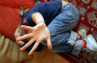 Milano, abusi sessuali sulla figliastra di 12 anni, torture e botte alla compagna: arrestato 44enne