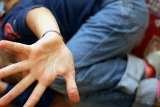 Saronno, si traveste da donna per adescare minorenni: 48enne arrestato per violenza sessuale