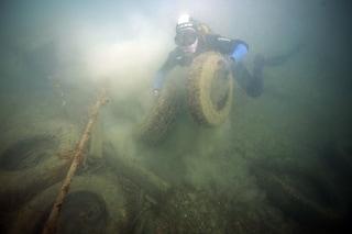 Dopo la montagna di rifiuti, nel lago d'Iseo trovato anche un cimitero di auto