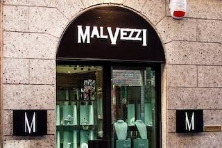 Finti turisti rubano un anello da 100 mila euro: il colpo in una gioielleria del centro di Milano