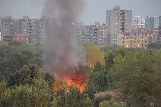 Milano, incendio nell'oasi verde di piazza d'Armi: si alza un'alta colonna di fumo nero