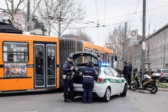 Milano, ragazza prende a schiaffi l'uomo che non la faceva salire sul bus: ma lui è sordomuto