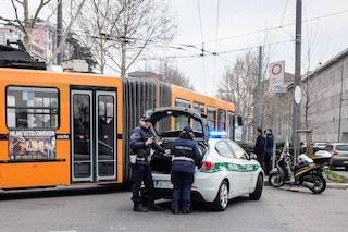 Milano, paura all'alba in via Vittorini: donna investita da un'auto finisce sotto un bus