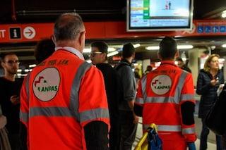 Milano, le porte del metrò non si chiudono e chiede a un ragazzo di spostarsi: 51enne preso a pugni