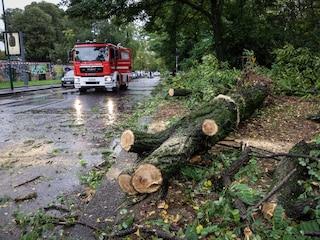 Nubifragio a Milano, strade e sottopassi allagati e cinque scuole chiuse: crollati i controsoffitti