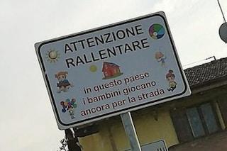 """""""Rallentate, qui i bimbi giocano ancora in strada"""": a Malagnino i cartelli per avvertire le auto"""