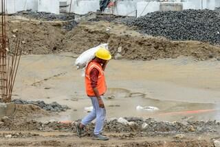 Grave incidente sul lavoro a Bergamo: operaio schiacciato sotto un carico di sabbia