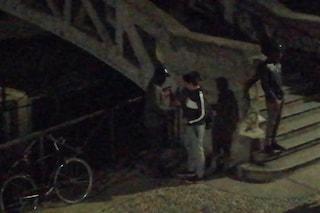 Milano, arrestati sei pusher sul ponte dei Navigli: vigile si tuffa per recuperare la droga