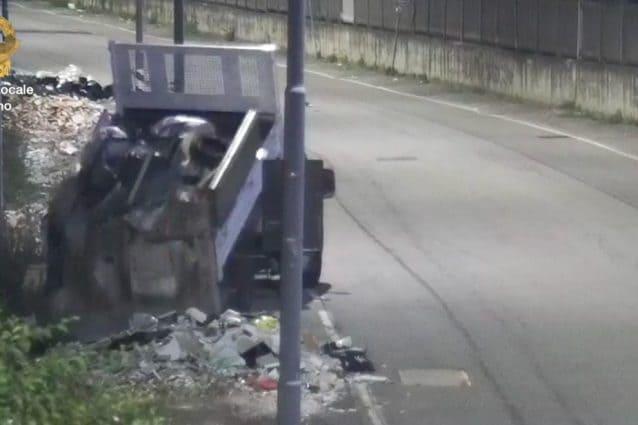 L'autocarro sequestrato dalla polizia locale di Milano