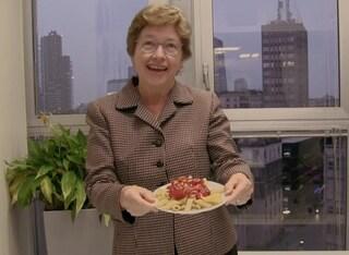 Halloween, l'esilarante scherzo horror della console Usa a Milano: condisce la pasta col ketchup