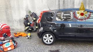 Como, dimentica di inserire il freno a mano: 84enne viene travolto dalla sua auto. È grave