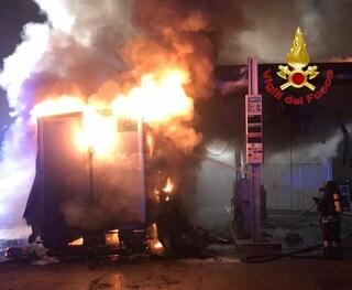 Paura a Melegnano, camion si incendia nei pressi di un distributore di benzina