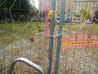"""Milano, chiusi con lucchetti i giardini di piazzale Baiamonti: """"Piante destinate a morire"""""""