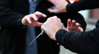 Milano, 15enne affidato a una comunità rapinava coetanei col coltello nelle ore libere: arrestato