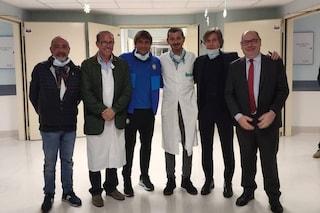Antonio Conte visita i bambini malati di cancro ricoverati all'ospedale Civile di Brescia