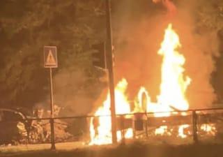 Corsico, la macchina prende fuoco dopo l'incidente: 42enne muore carbonizzato