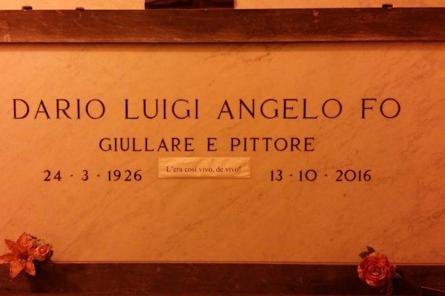 La tomba di Dario Fo al Cimitero Monumentale di Milano (Fanpage.it)