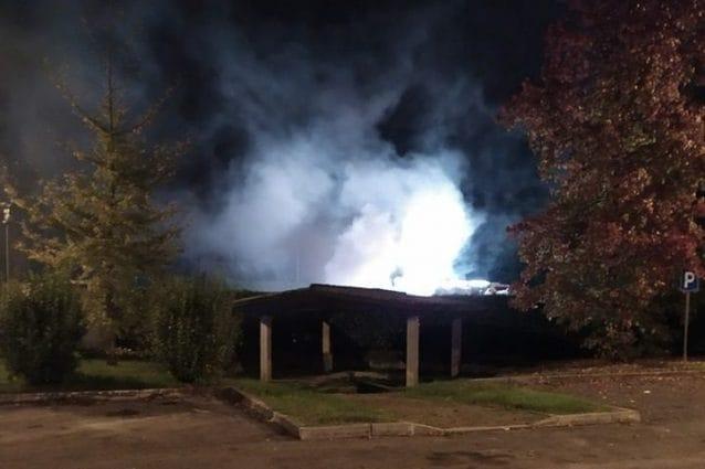 La foto dell'incendio alla piattaforma ecologica (dalla pagina Facebook Pozzoli sindaco)