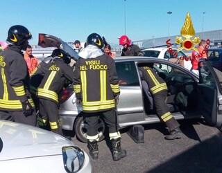 Incidente sull'Autostrada A4 a Milano: cinque feriti, una persona incastrata tra le lamiere