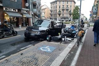 """Carambola tra suv e furgone in via Padova a Milano: """"strage"""" di motorini parcheggiati"""