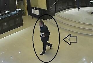 Milano, fermato il ladro elegante: in cravatta e con finto tesserino rubava nelle stanze d'albergo