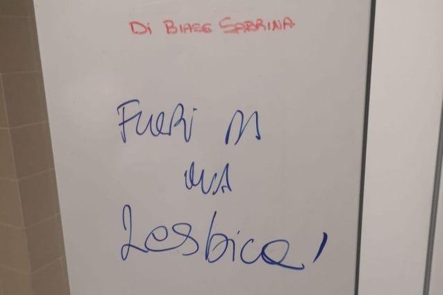 La scritta offensiva trovata dall'infermiera sul suo armadietto