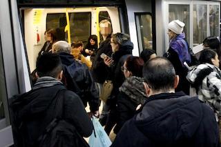 Milano, il trolley resta incastrato nelle porte della metro: frenata d'emergenza e linea bloccata