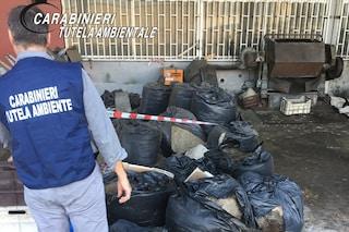 Calcinate, una montagna di rifiuti abbandonati in un piazzale: scattano sequestro e denuncia