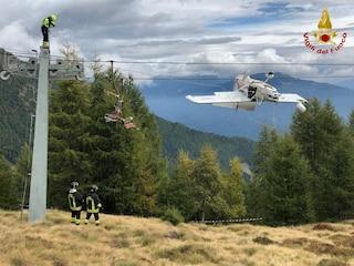 Valtellina, aereo ultraleggero resta incastrato tra i cavi della seggiovia: un ferito