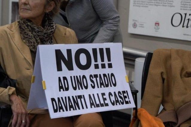 La protesta dei cittadini per il nuovo stadio di Milano