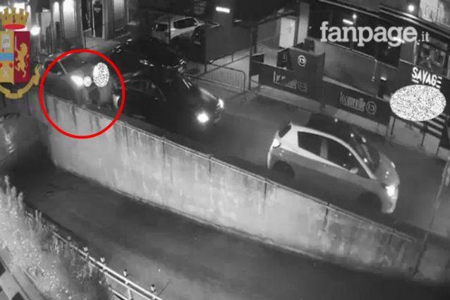 Il pusher col suo aggressore qualche istante prima della caduta (Frame dal video della Polizia di Stato)