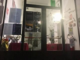 Milano, raid neonazista contro il centro culturale che regala aperitivi: svastiche e croci celtiche
