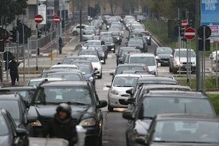 Milano, i semafori non funzionano: lunghe code e traffico in tilt in zona Porta Nuova