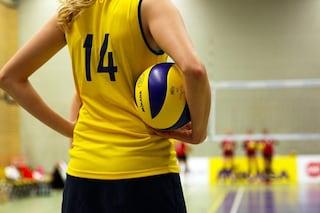 Allenatore di pallavolo sospeso: accusato di molestie sessuale su 10 ragazzine