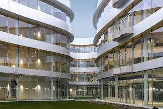 """Milano, inaugurato il nuovo campus della Bocconi: vetro e aree verdi per """"una corte aperta a tutti"""""""