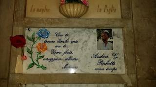 """La tomba dello scrittore Andrea G. Pinketts al Monumentale: niente data, ma la scritta """"senza tempo"""""""