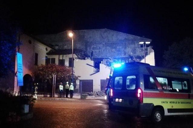 L'albergo crollato (foto Facebook – Margherita Girelli)