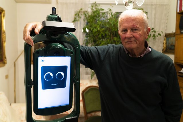 Uno dei volontari con Giraff, il robot per anziani