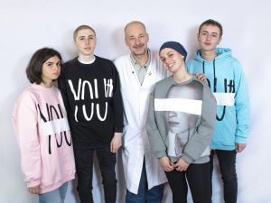 (I ragazzi del Progetto giovani con indosso le felpe da loro realizzate)