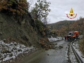 Maltempo in Lombardia: frana e paesi isolati nel Bresciano, a Pavia crolla una riva del Ticino