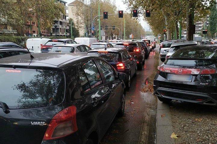 Traffico in viale Fulvio Testi (Foto Facebook)
