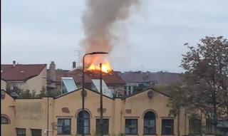 Milano, incendio in via Morimondo: a fuoco il tetto di una palazzina di tre piani